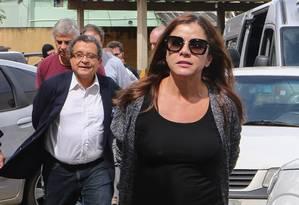 O marqueteiro João Santana (de blusa branca) e a mulher dele, Mônica Moura, chegam ao Instiuto Médico Legal, em Curitiba, para fazer exame de corpo de delito Foto: Geraldo Bubniak/AGB