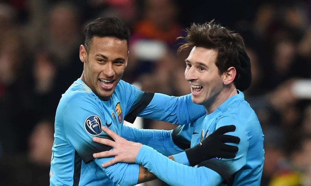 Neymar e messi comemoram o segundo gol do Barcelona Tony O'Brien / REUTERS