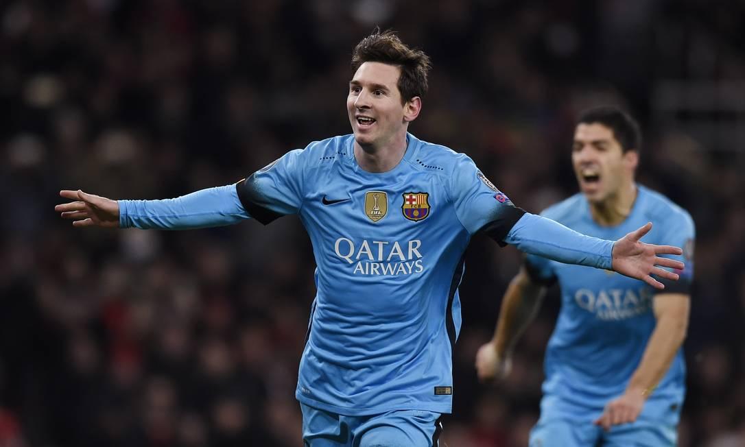 Messi abre os braços para comemorar o segundo gol catalão Toby Melville / REUTERS