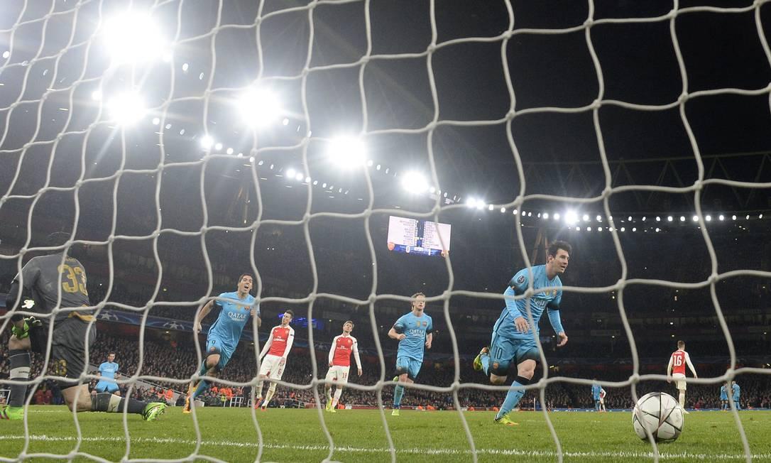 Messi, à direita, corre para comemorar o primeiro gol do Barcelona Toby Melville / REUTERS
