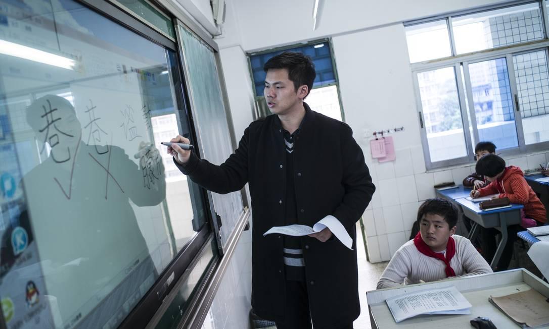 Lin Wei dá aula no sexto ano do ensino fundamental na cidade chinesa de Fuzhou: país está ampliando ofertas para professores homens Foto: LAM YIK FEI / NYT