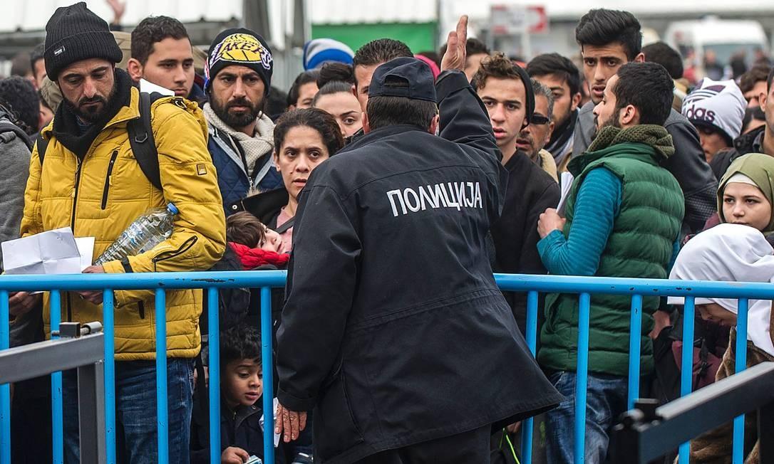 Policia tenta organizar fluxo de imigrantes prestes a embarcar em trem entre fronteira da Grécia e Macedônia Foto: ROBERT ATANASOVSKI / AFP