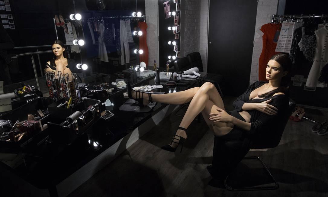 A Kendall de mentirinha fica sentada num camarim, vestindo apenas lingerie e um robe Joel Ryan / Joel Ryan/Invision/AP