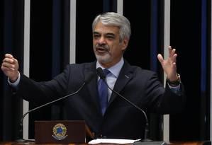 O senador Humberto Costa (PT-PE) Foto: Ailton de Freitas / Agência O Globo / 18-5-2015
