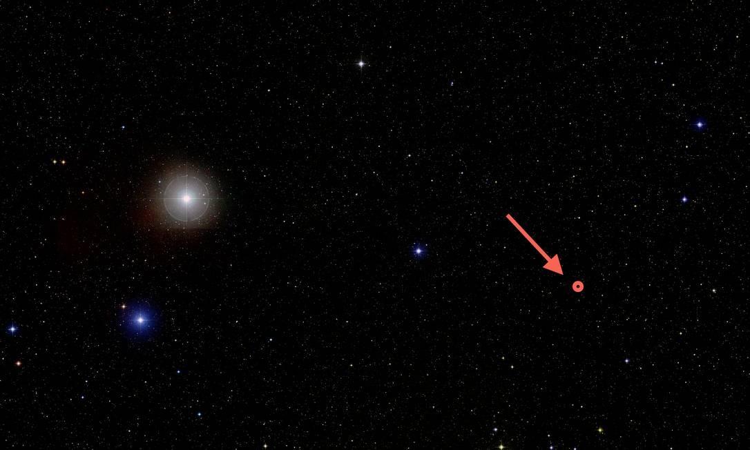 Imagem do aglomerado aberto Híades, com a seta destacando a tênue estrela anã vermelha que o planeta extrassolar recém-descoberto orbita Foto: A. Mann/Observatório McDonald/DSS