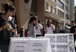 Mulheres leem anúncios de emprego em São Paulo Foto: Patricia Monteiro / Bloomberg