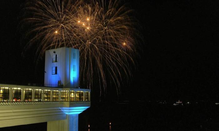 03.12.2004 - Ana Branco - BV - EXCLUSIVO - Primeiro Encontro anual do Fórum Mundial de Turismo para paz e desenvolvimento sustentável.Festival de fogos na Marinha vista do Elevador Lacerda. Foto: Ana Branco /