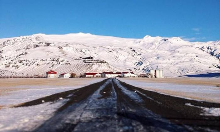 Fazenda aos pés do vulcão Eyjafjallajökull, na Islândia Foto: @camillaaround / Instagram