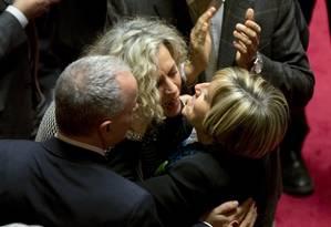 Senadoras comemoram aprovação do projeto no plenário do Senado Foto: Alessandra Tarantino/AP