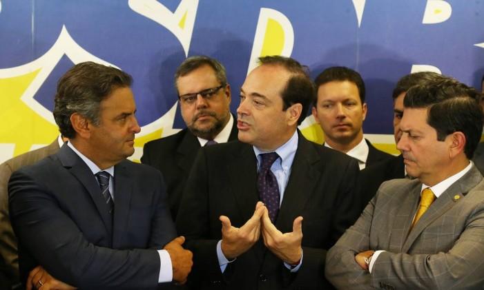 Aécio Neves e Carlos Roberto Osorio no ato de filiação de Osorio ao PSDB Foto: Ailton de Freitas / Agência O Globo
