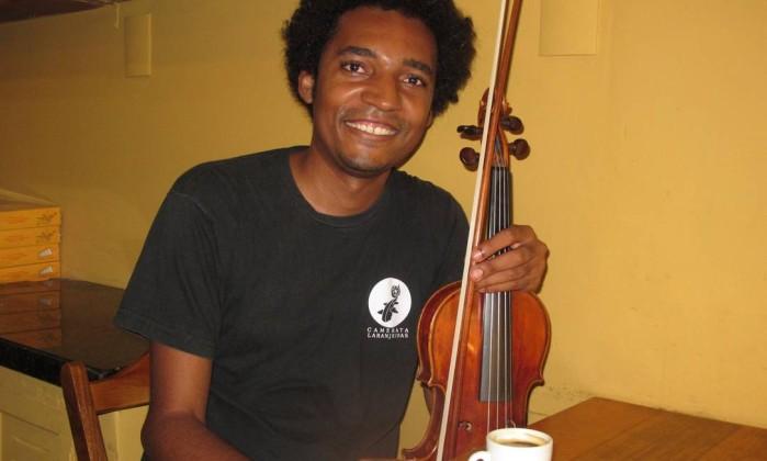 """Tiago Cosmo: """"O violino é meu símbolo de resistência"""" Foto: Mauro Ventura / O GLOBO"""