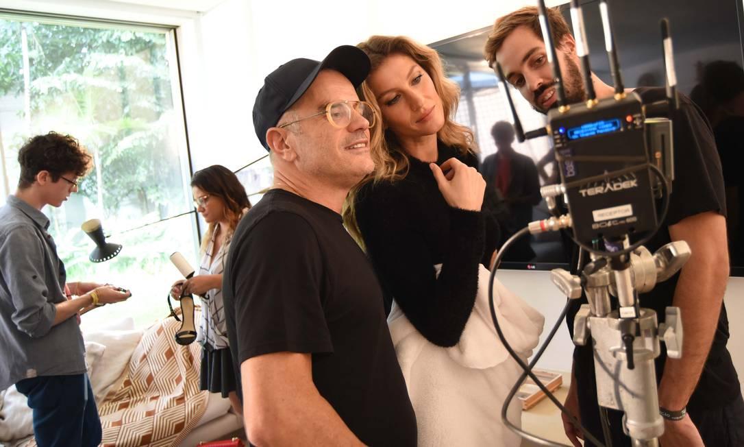 Gisele confere o clique ao lado do diretor de arte Giovanni Bianco (à esquerda) Divulgação