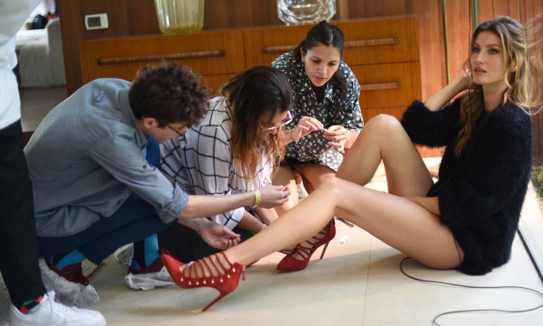 É assim, linda e sexy, que Gisele Bündchen aparecerá na campanha de inverno 2016 da Arezzo. A top, aposentada das passarelas, colocou as pernas para fora para promover os sapatos da marca Divulgação