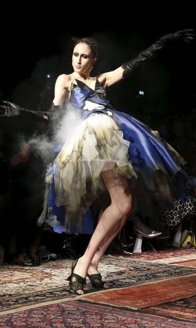 A modelo Anna Cleveland cruzou a passarela de inverno 2017 da Moschino com o vestido pegando fogo. Fazia parte do show STEFANO RELLANDINI / REUTERS
