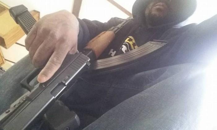 Perfil de homem identificado como Cedric Ford mostra armas Foto: Reprodução/Facebook Cedric Ford