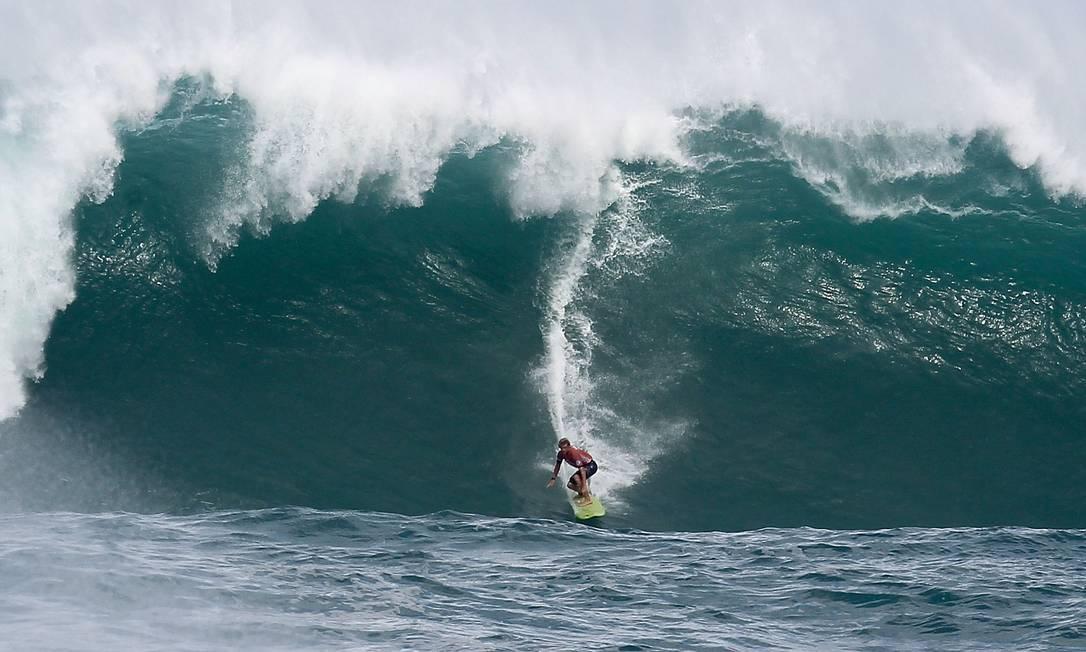 John John Florence pega uma onda gigante em Waimea Darryl Oumi / AFP