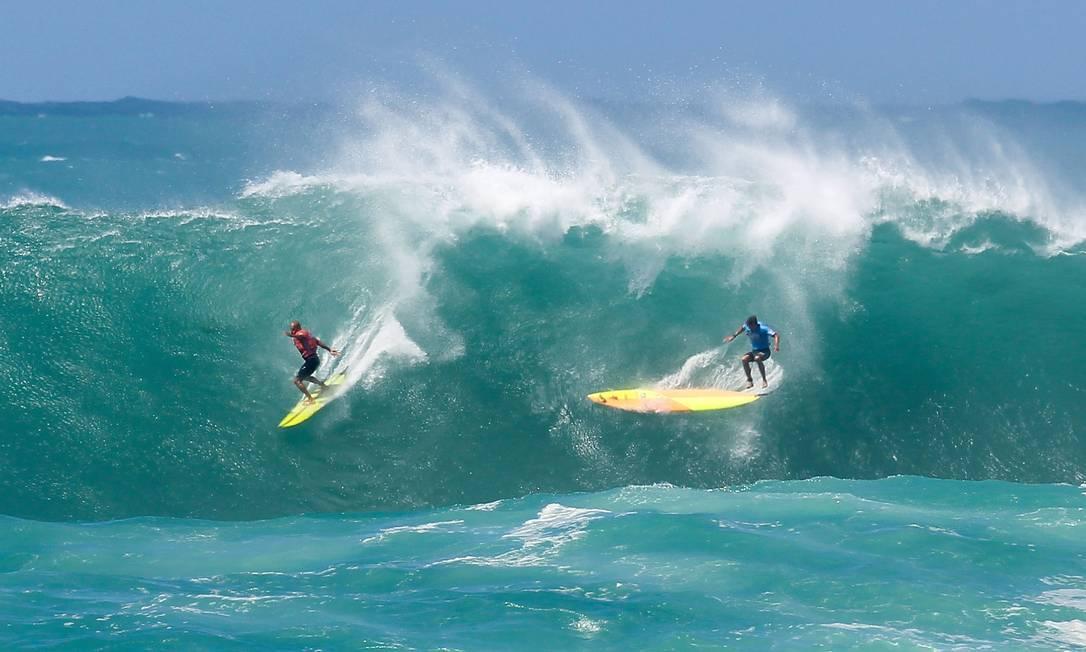 Ramon Navarro e Jamie Mitchell durante a disputa de um campeonato de ondas gigantes Darryl Oumi / AFP