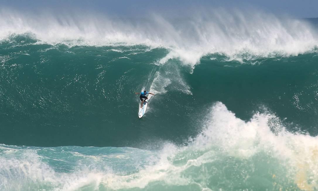 Jeremy Flores pega uma onda gigante em Eddie Aikau Darryl Oumi / AFP
