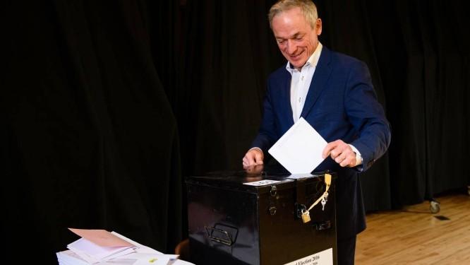 Ministro irlandês de Trabalho, Empresa e Inovação, e membro do Fine Gael Richard Bruton vota em Dublin Foto: LEON NEAL / AFP