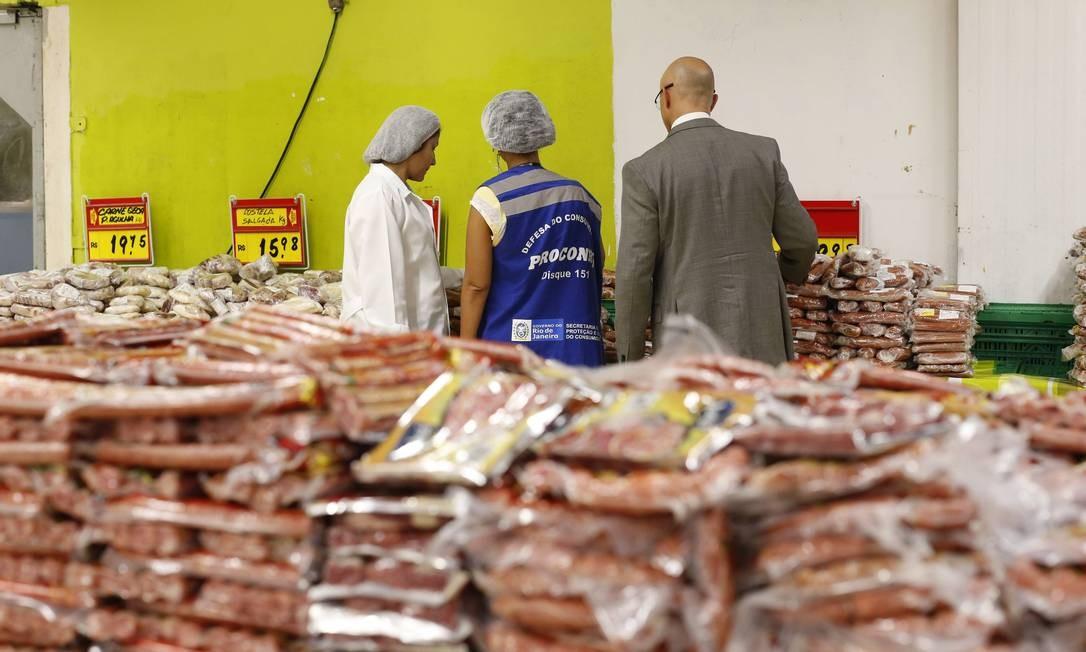 """Reclamações dos consumidores levaram a """"Defesa do Consumidor"""" a pedir ao Procon-RJ que verificasse, com exclusividade para o GLOBO, as irregularidades nos supermercados Foto: Domingos Peixoto / Agência O Globo"""