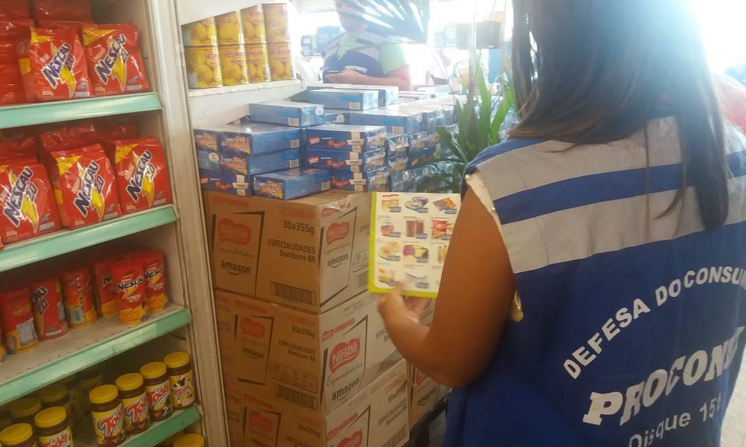 Fiscal confere valores de folheto com as ofertas com o preço estampado nas prateleiras Foto: Divulgação/Procon RJ