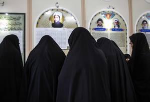 Voto coberto. Com a vestimenta tradicional, iranianas votam na cidade de sagrada de Qom, 130 km ao sul de Teerã: tudo ou nada para candidatos moderados Foto: BEHROUZ MEHRI/AFP