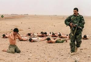 Invasão. Soldado egípcio vigia prisioneiros iraquianos no deserto do Kuwait, que teve suas fronteiras violadas pelo Iraque Foto: Pascal Guyot 25/02/1991 / AFP