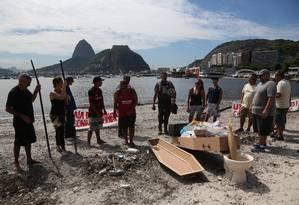 Biólogo Mário Moscatelli levou um caixão para enterrar simbólicamente a Baía de Guanabara Foto: Custódio Coimbra / Agência O Globo