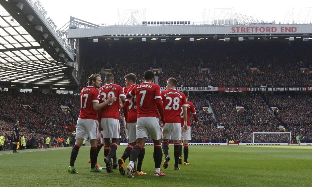 Estreante Rashford, número 39, é abraçado pelos companheiros ao fazer o segundo gol do Manchester United Jon Super / AP