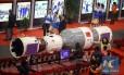 Visitantes observam modelo da nave espacial tripulada Shenzhou-10, acoplada ao módulo espacial Tiangong-1 durante exibição em Tianjin, no norte da China em 9 de novembro de 2013