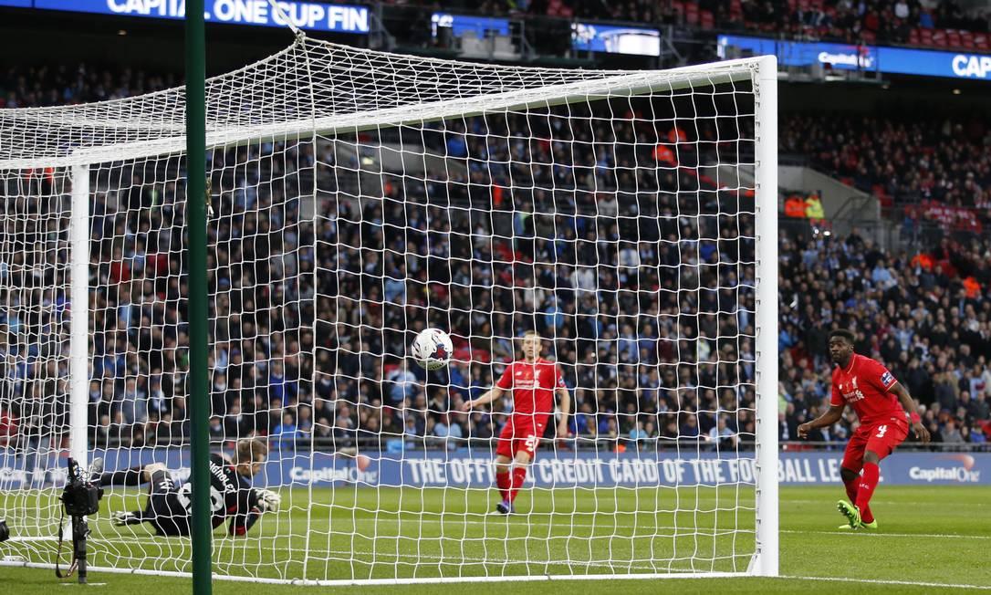 Fernandinho bate cruzado e abre o placar para o Manchester City Carl Recine / REUTERS