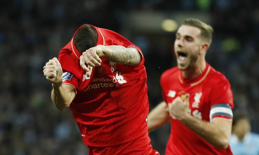 O brasileiro Philipe Coutinho tira a camisa ao empatar a final para o Liverpool John Sibley / REUTERS