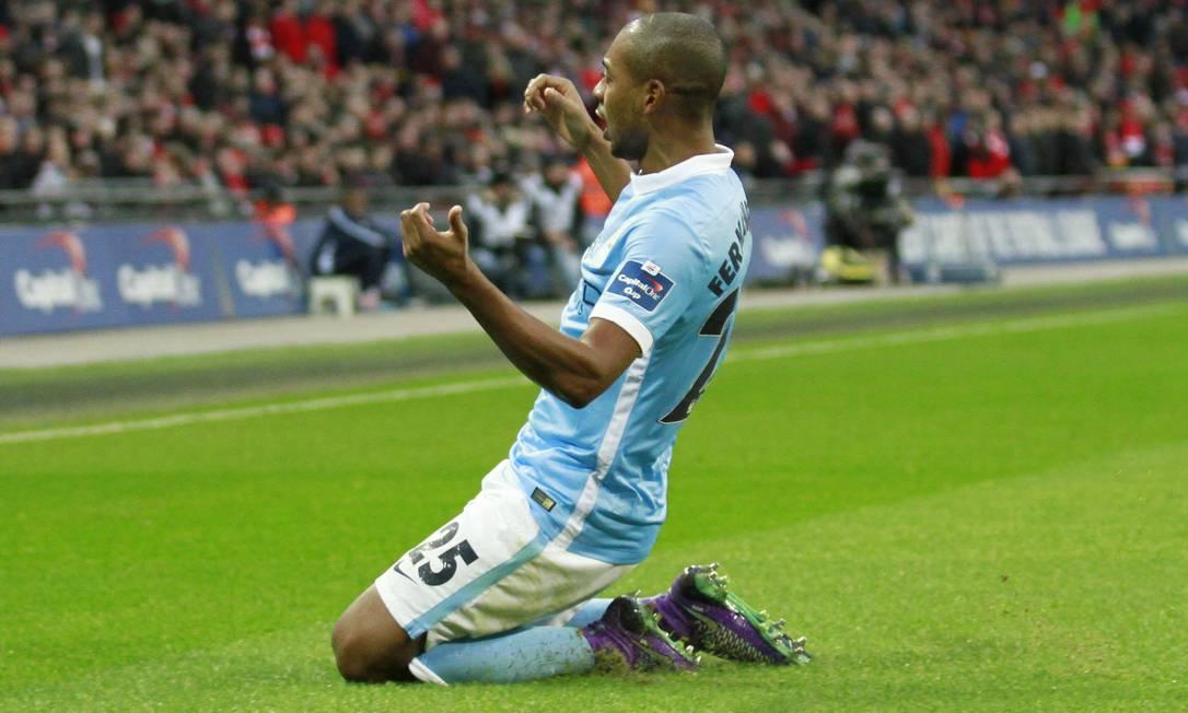 Fernandinho se ajoelha em Wembley para comemorar o primeiro gol da partida John Marsh / REUTERS
