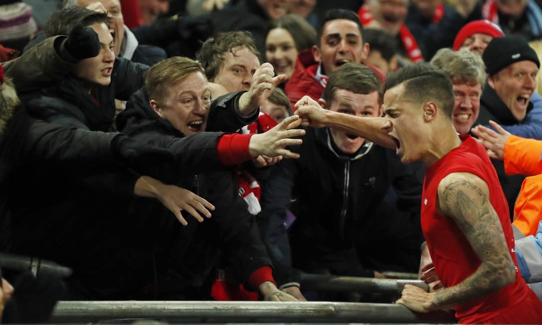 O camisa 10 do Liverpool foi comemorar com a torcida John Sibley / REUTERS