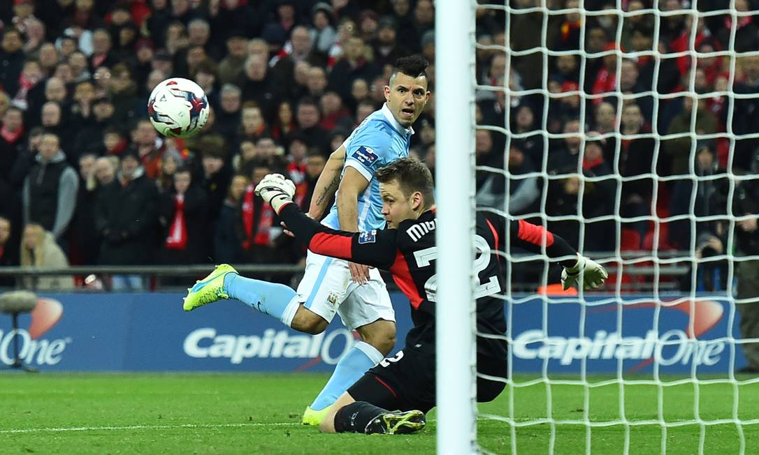 Na prorrogação, o belga Mignolet, do Liverpool, fez ótima defesa em chute do argentino Agüero, do City BEN STANSALL / AFP