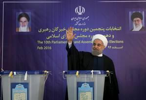 O presidente iraniano Hassan Rouhani acena após participar da votação Foto: HANDOUT / REUTERS