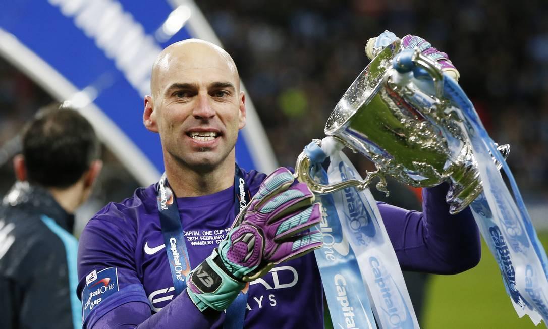 Caballero exibe a Copa da Liga Inglesa Paul Childs / REUTERS