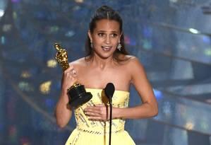 Alicia Vikander recebe seu Oscar de melhor atriz coadjuvante por 'A garota dinamarquesa' Foto: Chris Pizzello / Chris Pizzello/Invision/AP