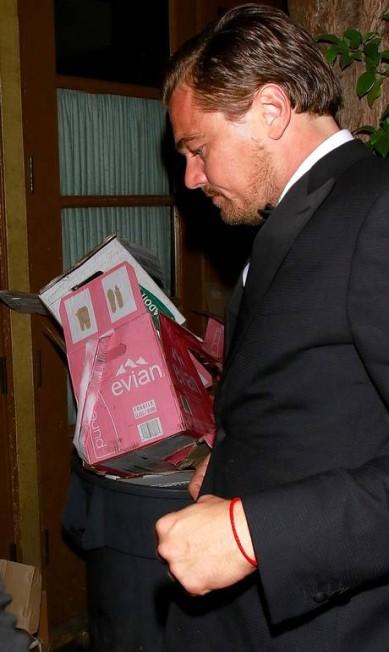 Sem glamour: depois do Oscar, Leonardo não se importou de passar perto do lixo AKM-GSI