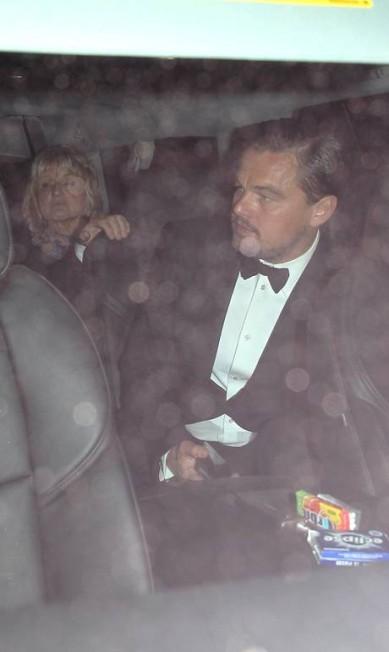 Leonardo DiCaprio e a mãe na saída do restaurante Ago AKM-GSI
