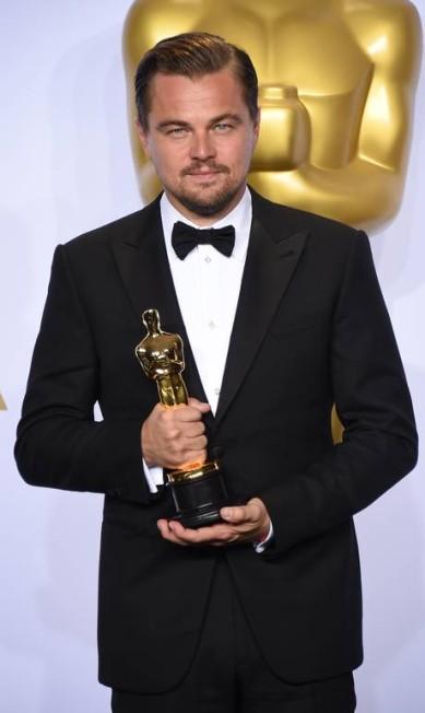 """Leonardo DiCaprio posa com o Oscar por seu desempenho no filme """"O regresso"""" Jordan Strauss / Jordan Strauss/Invision/AP"""