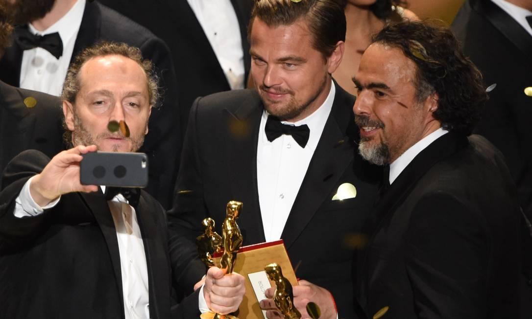 Emmanuel Lubezki, Leonardo DiCaprio e Alejandro González Iñárritu: selfie na fim da premiação MARK RALSTON / AFP