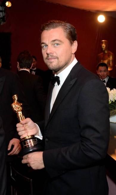 Antes de chegar ao restaurante, Leonardo DiCaprio deu uma passada no Governors Ball para exibir seu esperado e comemorado Oscar ANGELA WEISS / AFP