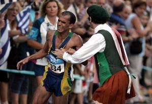 Jogos de Atenas. Vanderlei Cordeiro de Lima é atrapalhado pelo padre irlandês Cornelius Neil Horan Foto: Koji Sasahara 29/08/2004 / AP