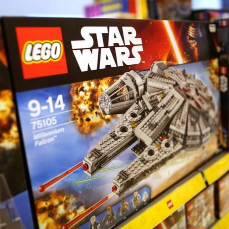 Uma Millennium Falcon, nave do filme Star Wars fabricada pela Lego, é exposta em loja de brinquedos em Londres Foto: Chris Ratcliffe / Bloomberg