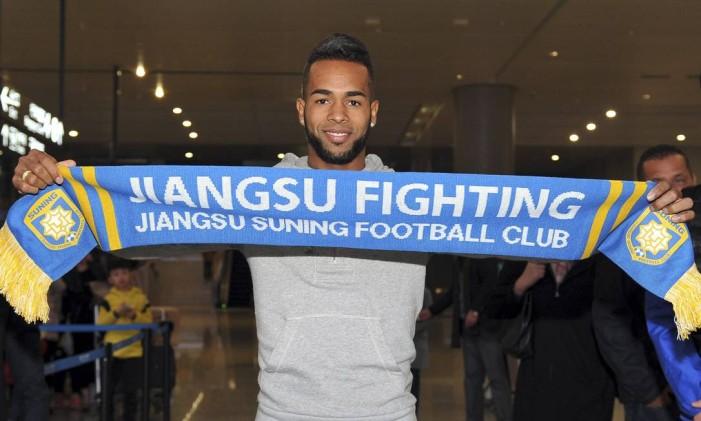 Alex Teixeira em sua chegada ao Jiangsu Suning Foto: AP