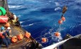 Pesquisadores lançam o hidrofone a 11 mil metros de profundidade do deque navio da Guarda Costeira dos EUA
