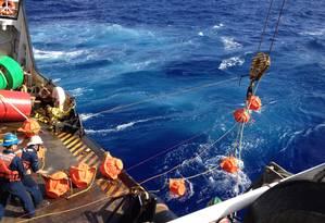 Pesquisadores lançam o hidrofone a 11 mil metros de profundidade do deque navio da Guarda Costeira dos EUA Foto: Divulgação/Noaa