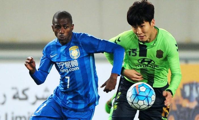 Ramires encara um adversário do Jeonbuk, da Coreia do Sul, pela Liga dos Campeões da Ásia Foto: LJM / AFP