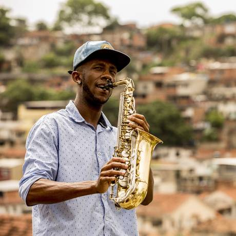 Chacal toca com o Complexo do Lins ao fundo: projeto social na comunidade Foto: Guilherme Leporace / Agência O Globo